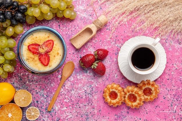 Draufsicht köstliches cremiges dessert mit frischen grünen trauben tasse tee und keksen auf hellrosa oberfläche dessert eis beerencreme süße frucht Kostenlose Fotos