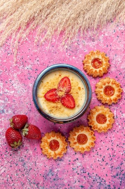 Draufsicht köstliches cremiges dessert mit kleinen keksen auf hellrosa oberfläche dessert eis beerencreme süße frucht Kostenlose Fotos