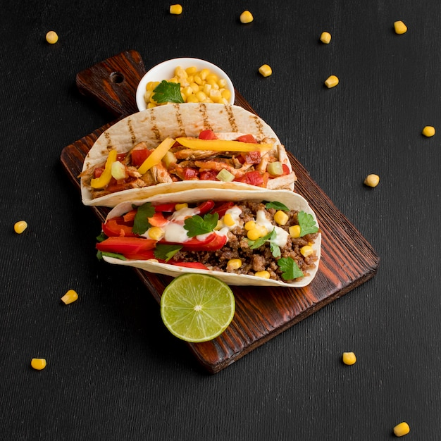 Draufsicht köstliches mexikanisches essen auf dem tisch Premium Fotos