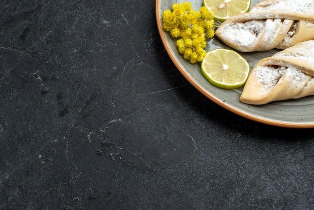 Draufsicht köstliches teiggebäck süß und zucker pulverisiert auf dunkelgrauer wand süßer kuchenteiggebäck backen zuckerkuchen Kostenlose Fotos