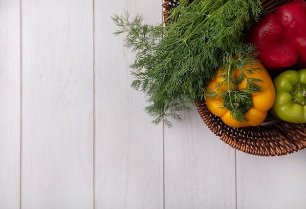 Draufsicht kopieren raum-paprika mit dill im korb auf weißem hintergrund Kostenlose Fotos