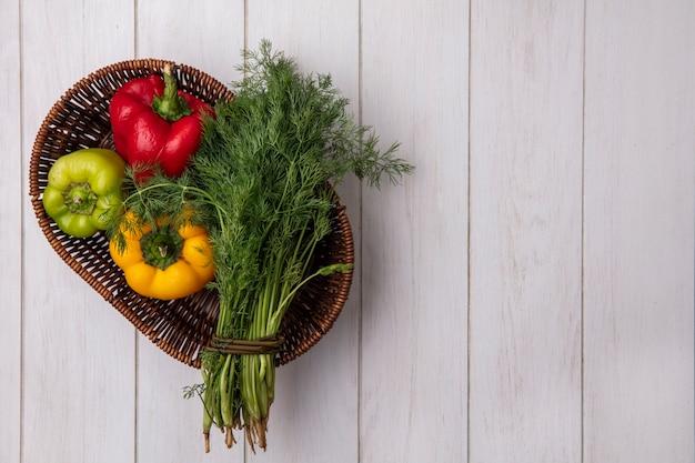 Draufsicht kopieren raumdill mit paprika im korb auf weißem hintergrund Kostenlose Fotos