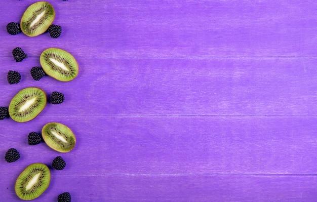 Draufsicht kopieren raummarmelade in form einer brombeere mit kiwischeiben auf einem lila hintergrund Kostenlose Fotos