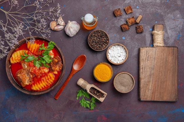 Draufsicht leckere fleischsauce mit verschiedenen gewürzen auf schwarz Kostenlose Fotos