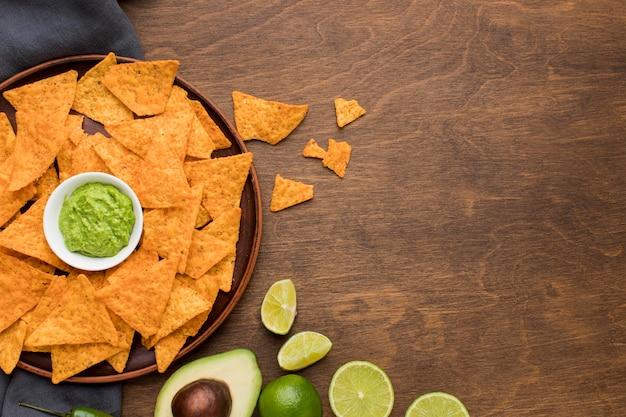 Draufsicht leckere nachos mit frischem guacamole Kostenlose Fotos