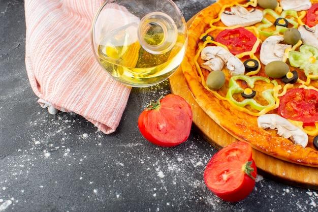 Draufsicht leckere pilzpizza mit roten tomaten grüne oliven pilze mit frischen tomaten und öl überall auf dem dunklen schreibtisch pizzateig italienisches essen Kostenlose Fotos