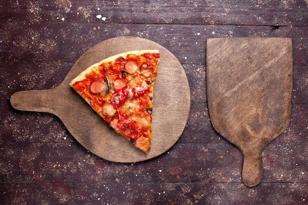Draufsicht leckere pizzastück mit würstchen käse tomaten und oliven auf dem braunen hölzernen hintergrund pizza essen mahlzeit foto fast food stück Kostenlose Fotos