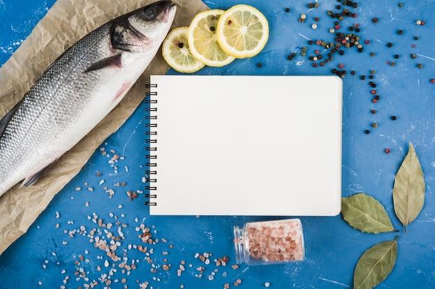 Draufsicht leckeres essen mit notizbuch Kostenlose Fotos