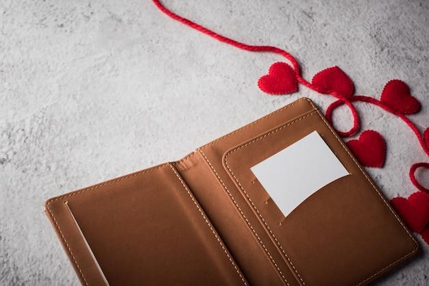 Draufsicht leere weiße karte auf geldbörsen- und herzgeschenk Kostenlose Fotos