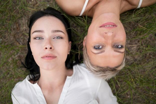 Draufsicht lesbenpaar Kostenlose Fotos