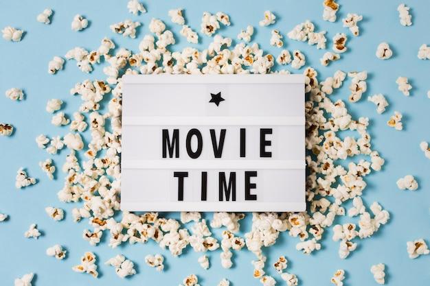 Draufsicht leuchtkasten mit popcorn auf tisch Kostenlose Fotos