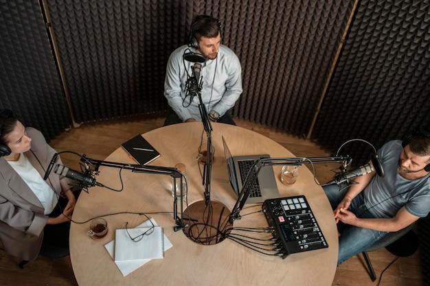 Draufsicht leute am radio Kostenlose Fotos