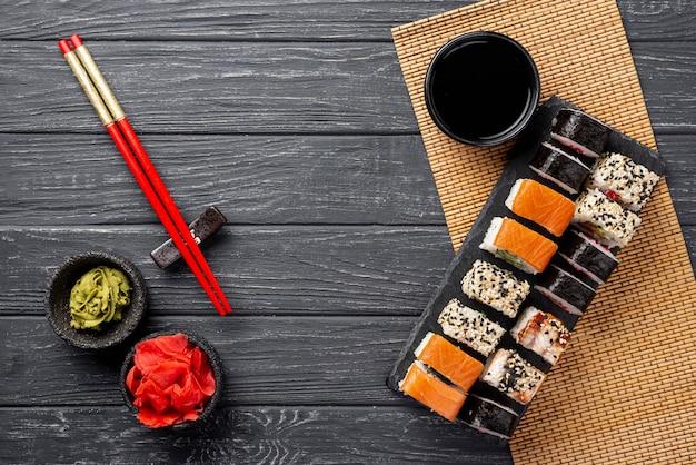 Draufsicht maki sushizusammenstellung auf schiefer Kostenlose Fotos