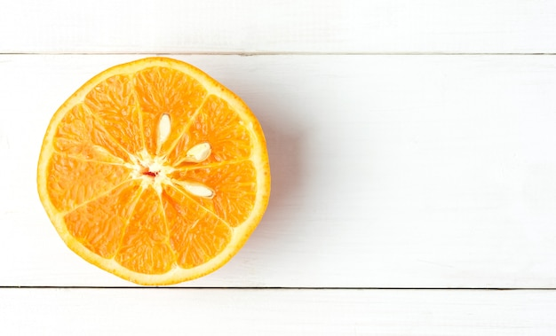 Draufsicht-mandarine zusammengedrückte scheiben-orange auf weißer hölzerner tabelle mit kopienraum Premium Fotos