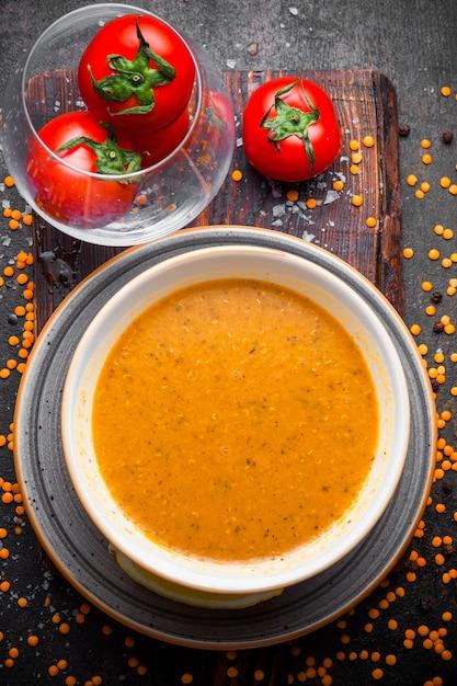 Draufsicht merci suppe mit tomaten im teller Kostenlose Fotos