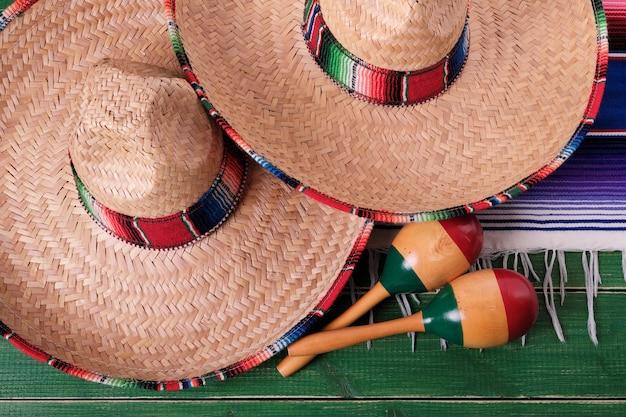 Draufsicht mexiko-fiestakarnevalssombrero maracas nahaufnahme Premium Fotos