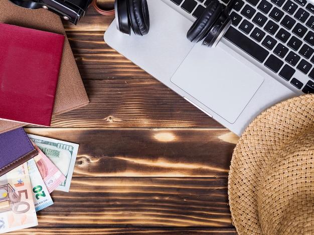 Draufsicht mit geld auf hölzernem hintergrund Kostenlose Fotos