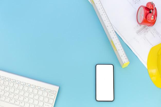 Draufsicht mit kopienraum von technikwerkzeugen, computertastatur, smartphone, pläne, sturzhelm, messender hahn, ebenenlage Premium Fotos