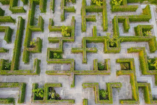 Draufsicht mittlere höhe über labyrinth grünen parkgarten Premium Fotos