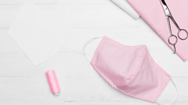 Draufsicht-nähset für eine rosa stoffmaske Kostenlose Fotos