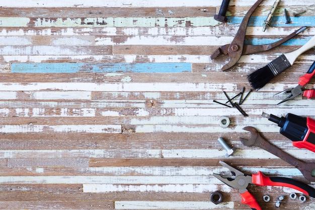 Draufsicht nah oben von den handlichen werkzeugen der vielzahl und von den rostigen werkzeugen auf hölzernem hintergrund des schmutzes mit kopienraum für ihren text Premium Fotos