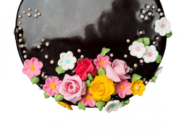 Draufsicht nahaufnahme-schokoladenkuchendekorationen mit bunter zuckerglasur trägt auf weißem hintergrund früchte Premium Fotos