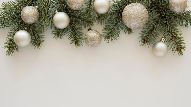 Draufsicht natürliche kiefernnadeln und weihnachtskugeln Kostenlose Fotos