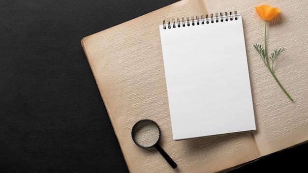 Draufsicht-notizbuch auf braillebuch Kostenlose Fotos