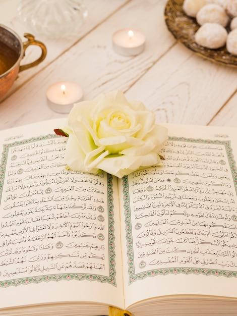 Draufsicht öffnete quran mit weißer rose Kostenlose Fotos