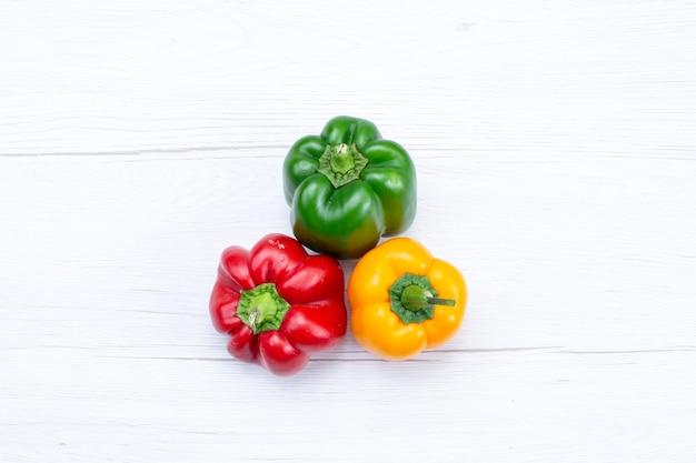 Draufsicht offul paprika auf weißem schreibtisch, gemüsegewürz warmes essen mahlzeit zutatprodukt Kostenlose Fotos