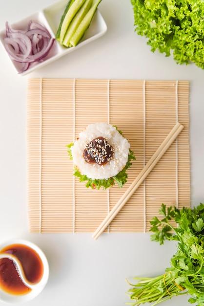 Draufsicht onigiri mit gemüse Kostenlose Fotos
