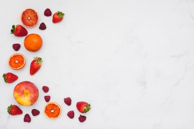 Draufsicht orangen und erdbeeren Kostenlose Fotos
