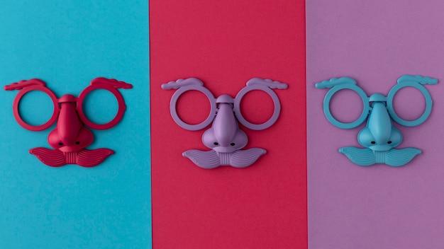 Draufsicht parade farbige maske und zubehör Premium Fotos