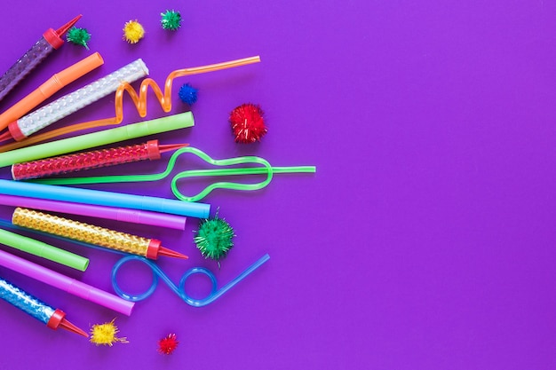 Draufsicht partyartikel auf lila hintergrund Kostenlose Fotos