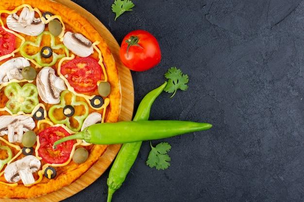Draufsicht pilzpizza mit roten tomaten paprika-oliven und pilzen, die alle innen auf dem dunklen hintergrundnahrungsmittelmahlzeitpizza italienisch geschnitten werden Kostenlose Fotos