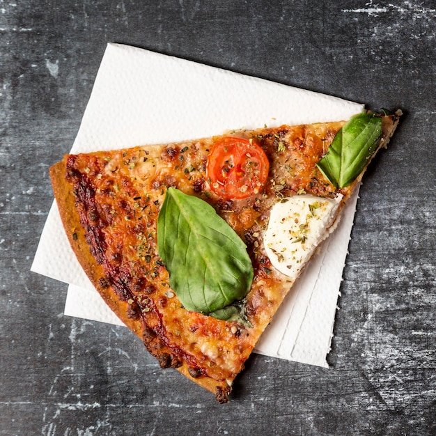 Draufsicht-pizzastück auf serviette Kostenlose Fotos