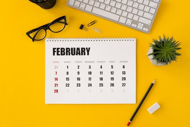 Draufsicht planer februar kalender und anlage Kostenlose Fotos