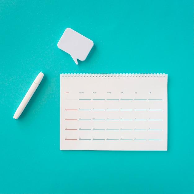 Draufsicht planerkalender mit chatblase Kostenlose Fotos