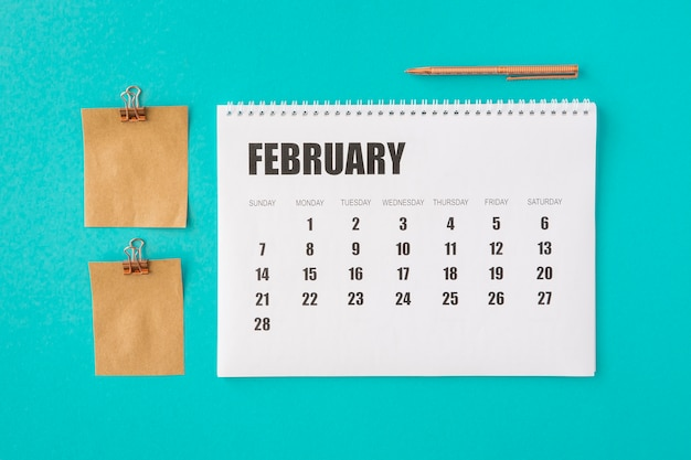 Draufsicht planerkalender und papierspeicher notizen Kostenlose Fotos