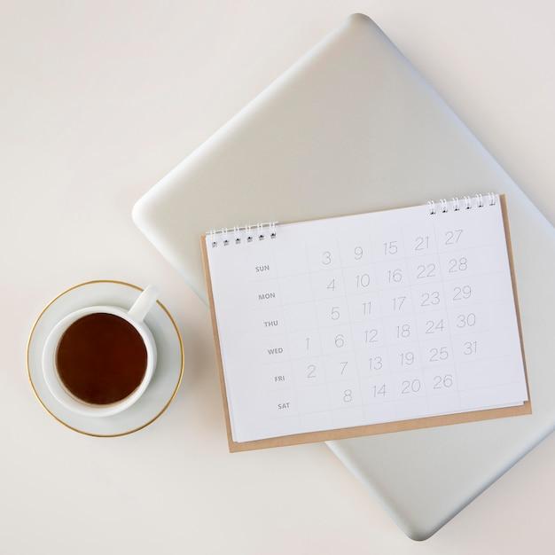 Draufsicht planerkalender und tasse kaffee Kostenlose Fotos