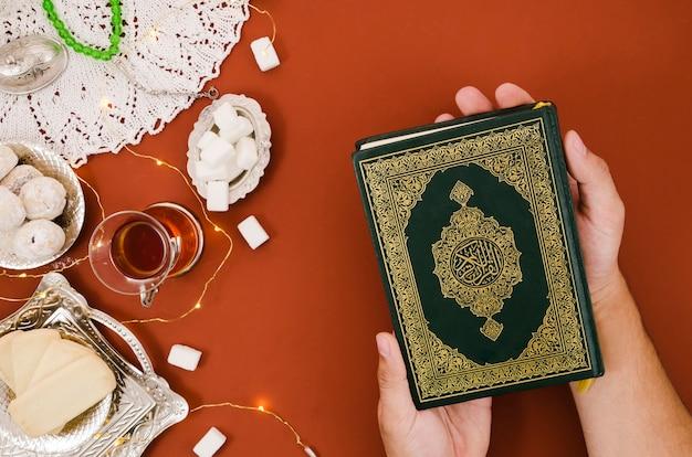 Draufsicht quran neben arabischem gebäck Premium Fotos