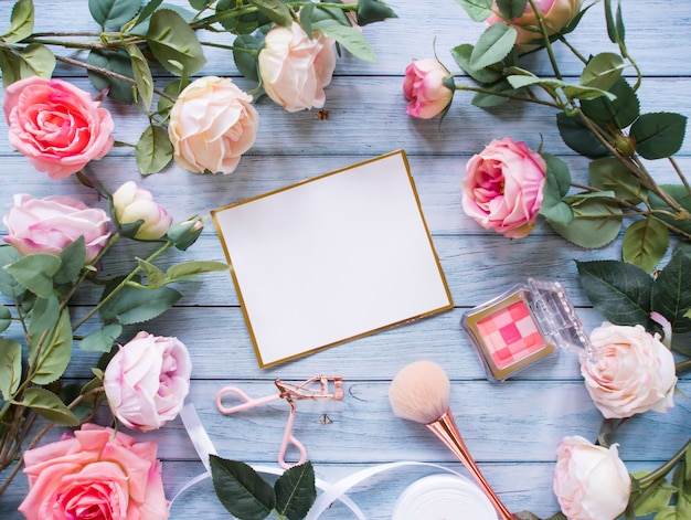 Draufsicht, rahmen aus rosenblüten, kopierraum. Premium Fotos
