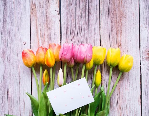 Draufsicht, rahmen aus tulpenblumen, kopierraum. Premium Fotos