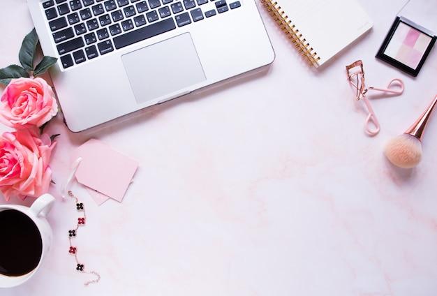 Draufsicht, rosa farbe schreibtisch. Premium Fotos