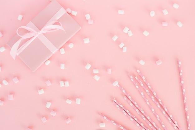 Draufsicht rosa geschenk mit süßigkeiten Kostenlose Fotos