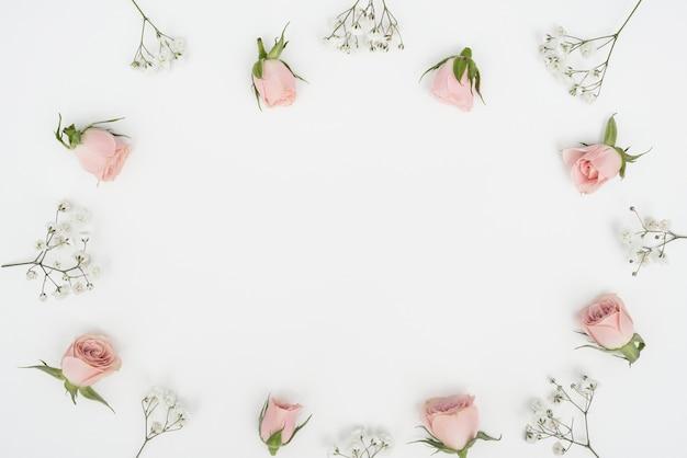 Draufsicht rosenknospenrahmen und kopierraumhintergrund Kostenlose Fotos