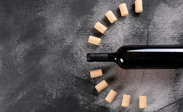 Draufsicht rotwein mit kopierraum links auf schwarzem stein horizontal Kostenlose Fotos