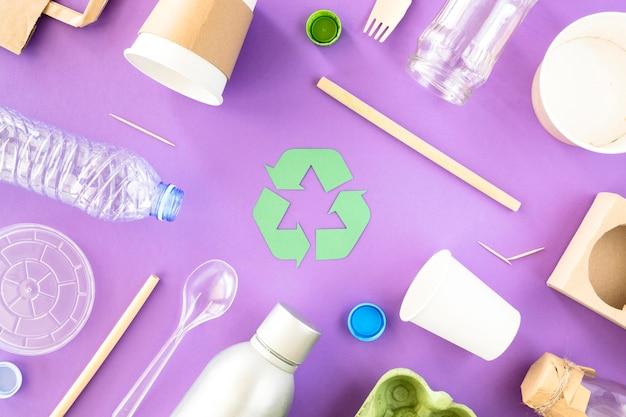 Draufsicht sammlung von plastik- und kartonabfällen Kostenlose Fotos