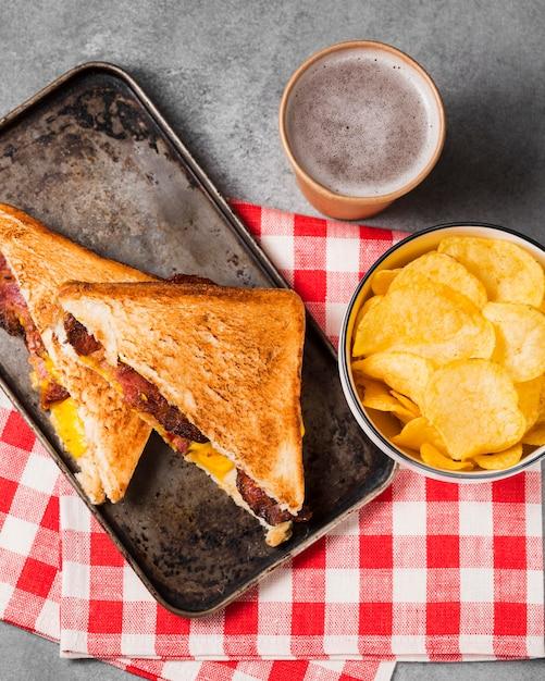 Draufsicht sandwich mit speck und käse mit pommes Kostenlose Fotos