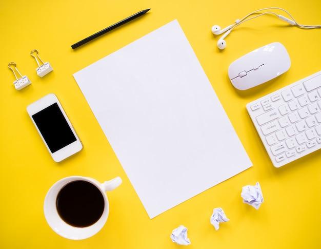 Draufsicht, schreibtisch und bürowerkzeuge mit kopierraum. Premium Fotos